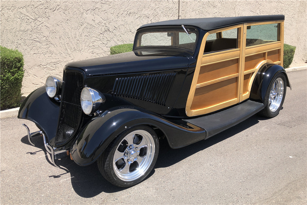 1933 FORD CUSTOM WOODY WAGON - Front 3/4 - 220318