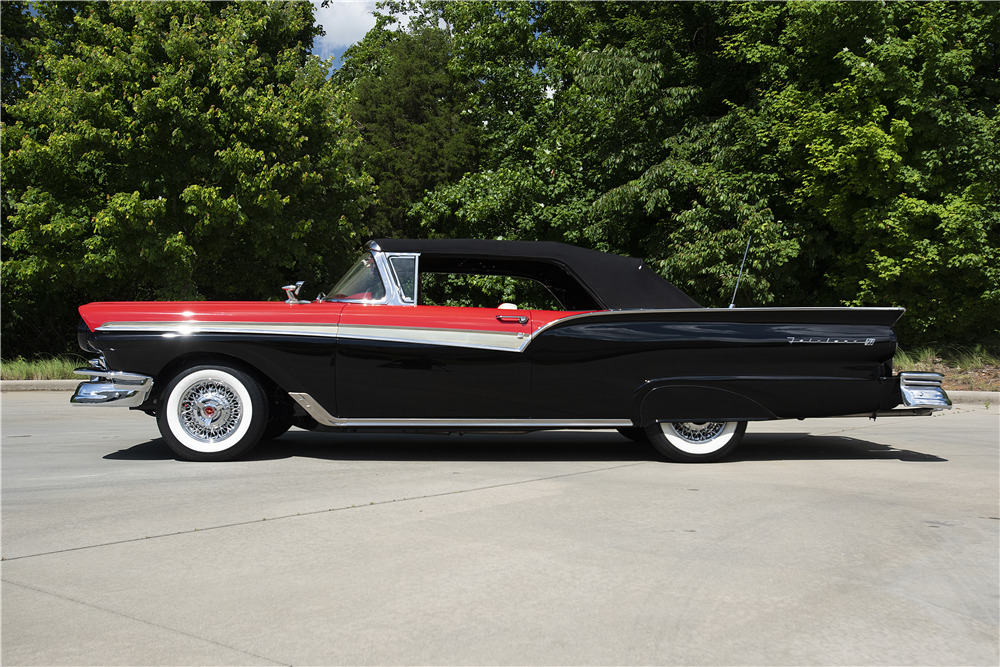 1957 FORD FAIRLANE SUNLINER CONVERTIBLE - Side Profile - 220371